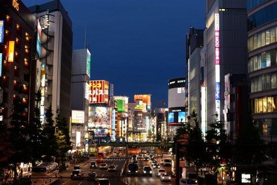ドンキホーテ 新宿店が見える新宿の街並み