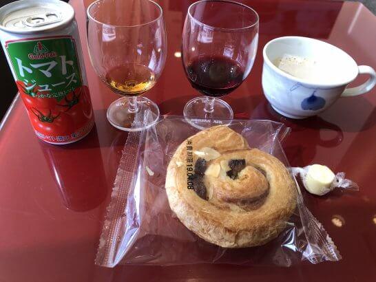 成田KALラウンジのパン・チーズ・トマトジュース・カプチーノ・ワイン