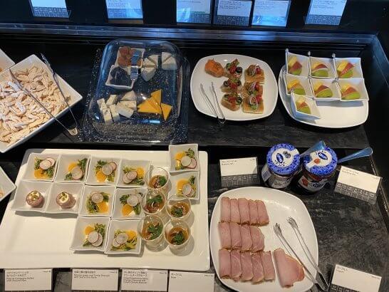 羽田空港ANAスイートラウンジのオードブル、チーズ、フルーツ