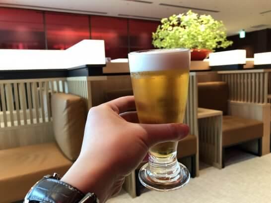 那覇空港のダイヤモンド・プレミアラウンジでのビール