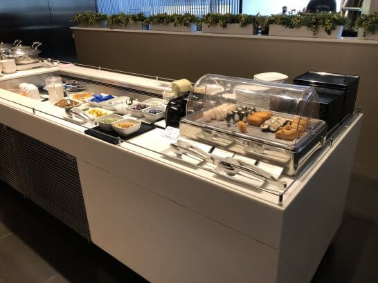 羽田空港国際線ANAラウンジのフードコーナー