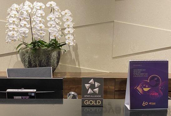 タイ国際航空のロイヤルオーキッドラウンジ受付のスターアライアンスGOLDロゴ
