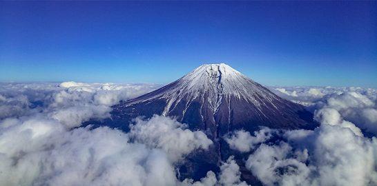 ヘリコプターから見る富士山
