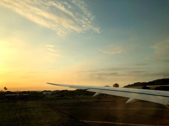 海外旅行で空港から飛行機が飛び立つシーン