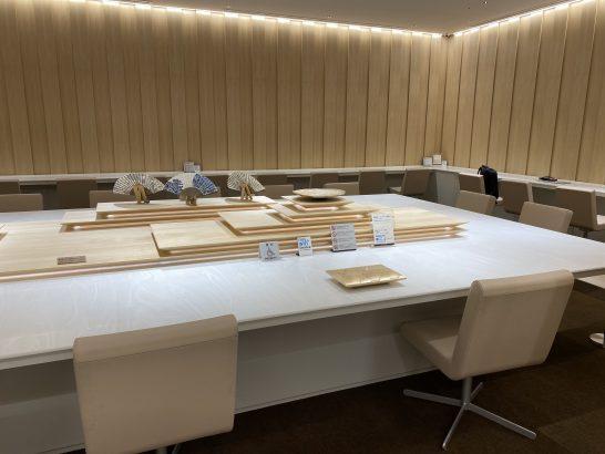 那覇空港ANAラウンジの大テーブル