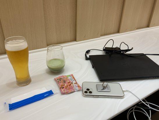 那覇空港ANAラウンジでiPhone・PCを充電するシーン