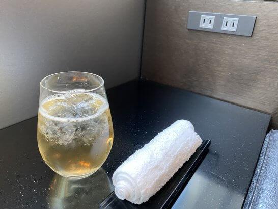 ANAスイートラウンジ(羽田T3)の梅酒・おしぼり・電源コンセント