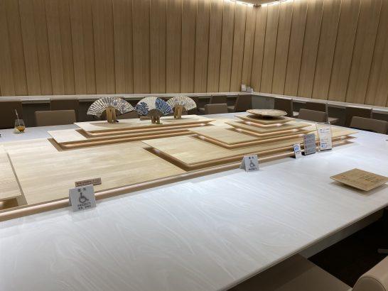 那覇空港ANAラウンジの入り口の大テーブル