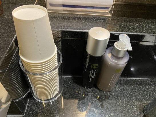 ANAスイートラウンジ(羽田T3)のシャワールームのハンドソープ・紙コップ