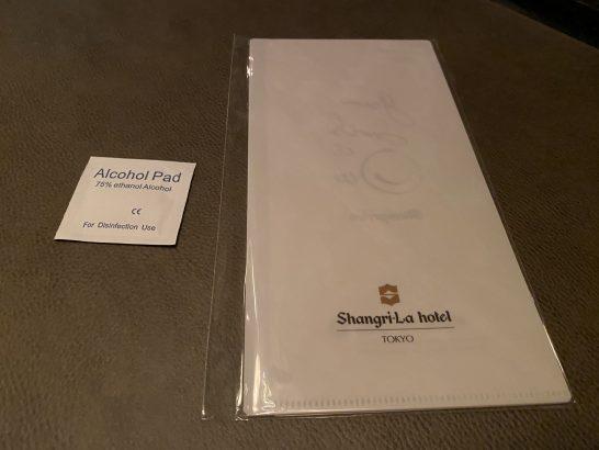 シャングリ・ラホテル東京のピャチェーレのアルコール消毒シートとマスク