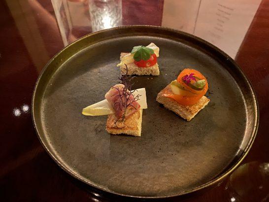 生ハム、トマトとチーズ、サーモンのカナッペ(シャングラホテル東京のラグジュアリーラウンジアワー)