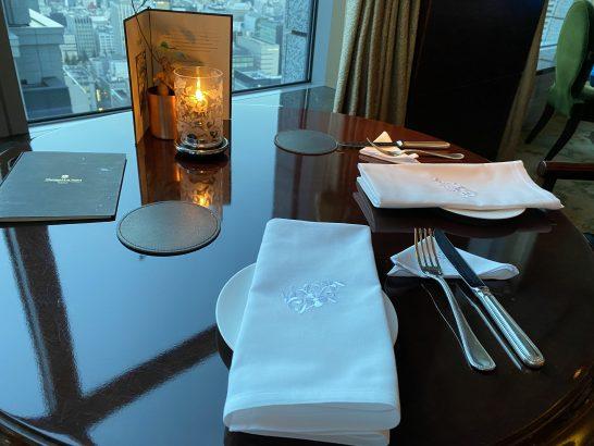 シャングリ・ラ ホテル東京のラグジュアリーラウンジアワーのテーブル