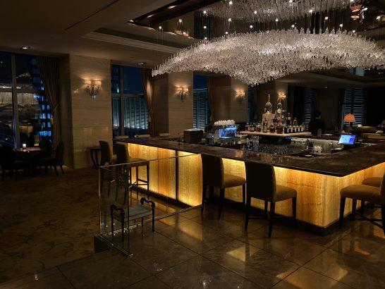シャングリ・ラ ホテル 東京のザ・ロビーラウンジのバーカウンター