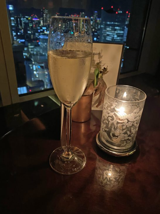 シャングリ・ラ ホテル東京のラグジュアリーラウンジアワーのスパークリングワイン