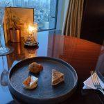シャングリ・ラ ホテル 東京でのラグジュアリーソーシャルアワーのフード・ドリンク
