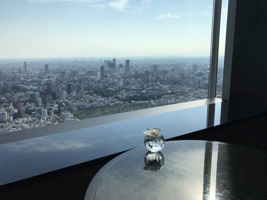 ザ・リッツ・カールトン東京のクラブラウンジのガーデンテラスの席からの青空