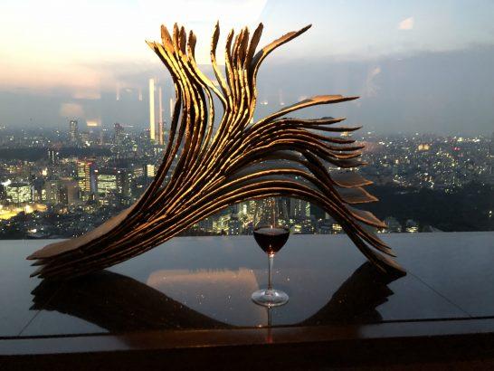 ザ・リッツ・カールトン東京のクラブラウンジの赤ワインと夕日