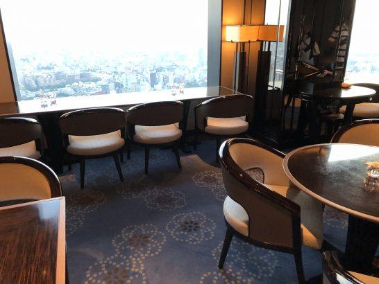ザ・リッツ・カールトン東京のクラブラウンジの窓際席とテーブル席