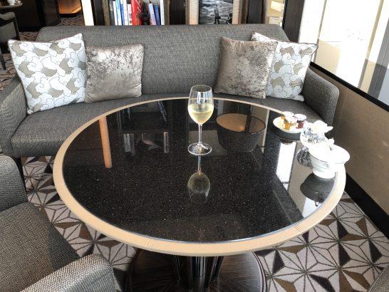 ザ・リッツ・カールトン東京のクラブラウンジのソファーとワイン