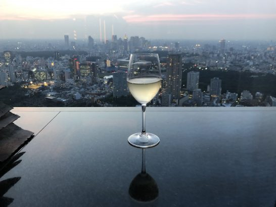 ザ・リッツ・カールトン東京のクラブラウンジの白ワインと夕日