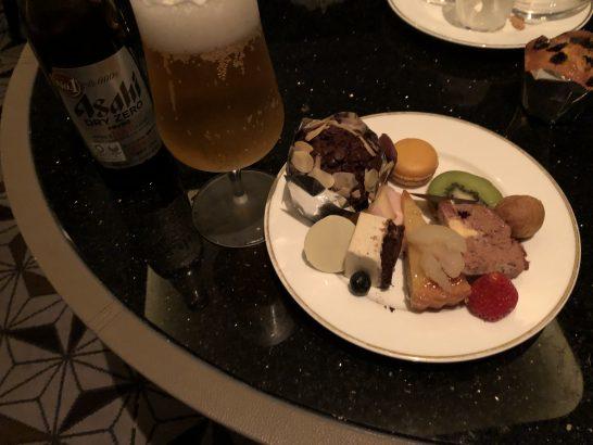 ザ・リッツ・カールトン東京のクラブラウンジのノンアルコールビールとスイーツ