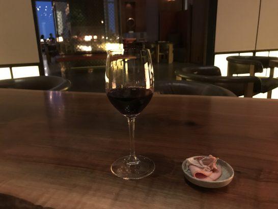アンダーズ東京の宿泊者ラウンジのカクテルタイムの赤ワイン・ハム