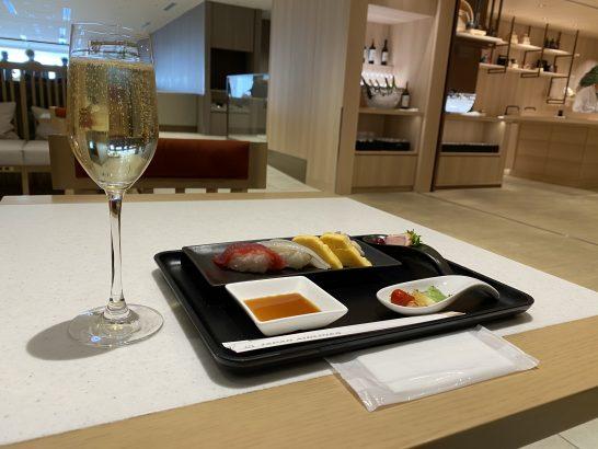 JALファーストクラスラウンジの寿司・シャンパン
