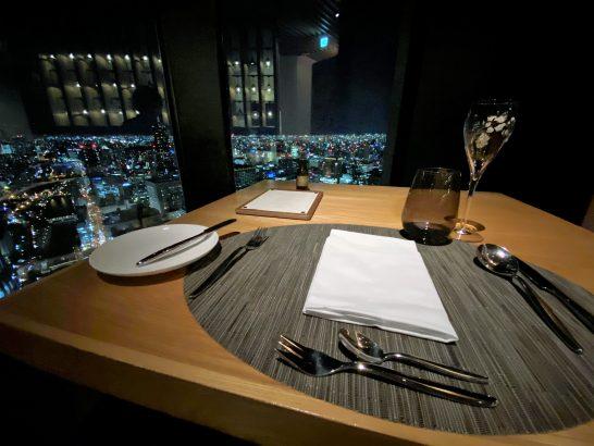 コンラッド大阪のシーグリルのテーブル