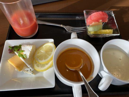 JALファーストクラスラウンジ成田のチーズ・スープ・フルーツ・ジュース