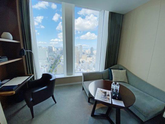 セントレジスホテル大阪のグランドデラックスツイン スカイラインビューの作業デスク・ソファー