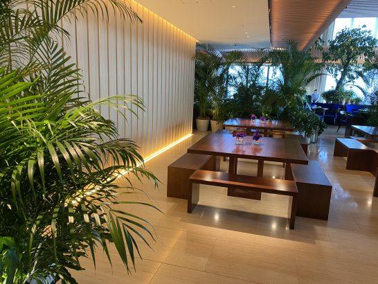 東京エディション虎ノ門のロビーラウンジの廊下側の席