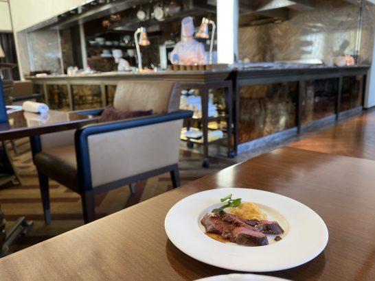 セントレジス大阪の朝食のミニステーキと厨房