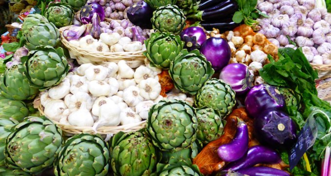 What a beautiful display of artichokes, garlic and aubergines.