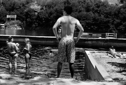 Teenagers and families at the Jablanicko lakeside. Jablanica, Bosnia and Herzegovina, 2011. © Matteo Bastianelli