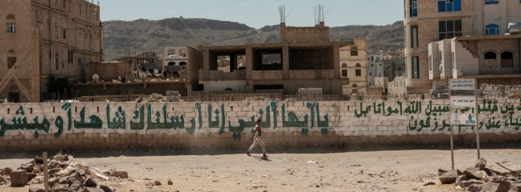 A youth walks through the Damt District in the Dhale Governorate. Damt, Yemen 2018. © Matteo Bastianelli