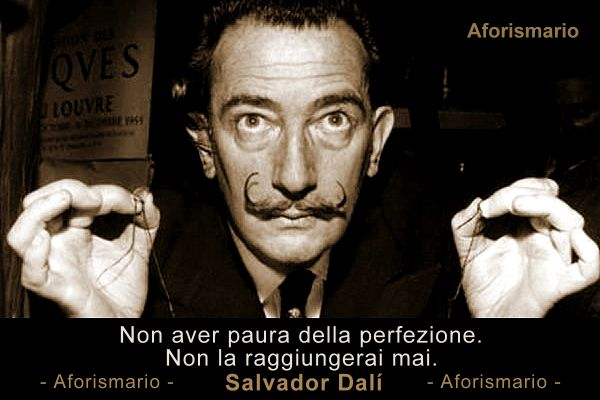 Frase e ritratto di Salvador Dalì, autore dell'aforisma sulla perfezione