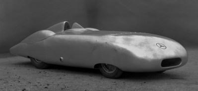 Rekordfahrten von Mercedes-Benz im Herbst 1936. Rudolf Caracciola erzielt mit dem Mercedes-Benz Zwölfzylinder-Stromlinien-Rekordwagen W 25 insgesamt fünf internationale Klassenrekorde und einen Weltrekord. Gefahren wird an zwei Tagen, am 26. Oktober und am 11. November 1936. ; Record-breaking runs by Mercedes-Benz in autumn 1936. Driving the Mercedes-Benz 12-cylinder streamlined record-breaking car W 25, Rudolf Caracciola set a total of five international class records and one world record. The runs took place on two days, 26 October and 11 November 1936.;