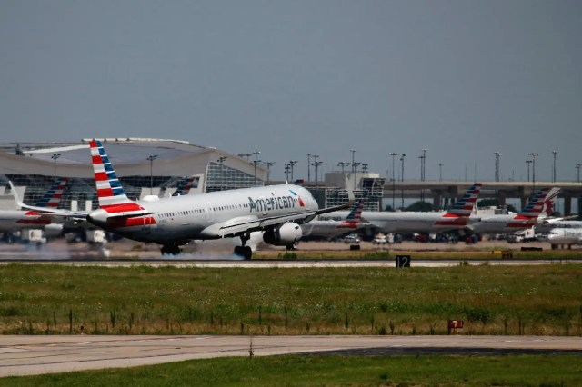 American A321 at the moment of touchdown.