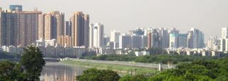 Blick auf den Grenzzaun. Jenseits des Flusses liegt China.