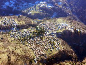 """Esino Lario ist eine Gemeinde in der Provinz Lecco in der italienischen Region Lombardei mit 745 Einwohnern. Bild: Carlo Maria Pensa, <a href=""""https://commons.wikimedia.org/wiki/File:135-BVolo_Delta_2006_12_24_009.jpg"""">135-BVolo Delta 2006 12 24 009</a>, <a href=""""https://creativecommons.org/licenses/by-sa/3.0/legalcode"""">CC BY-SA 3.0</a>"""