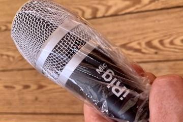 Mikrofon zum Schutz vor einer Übertragung von Coronaviren mit Folie umhüllt.