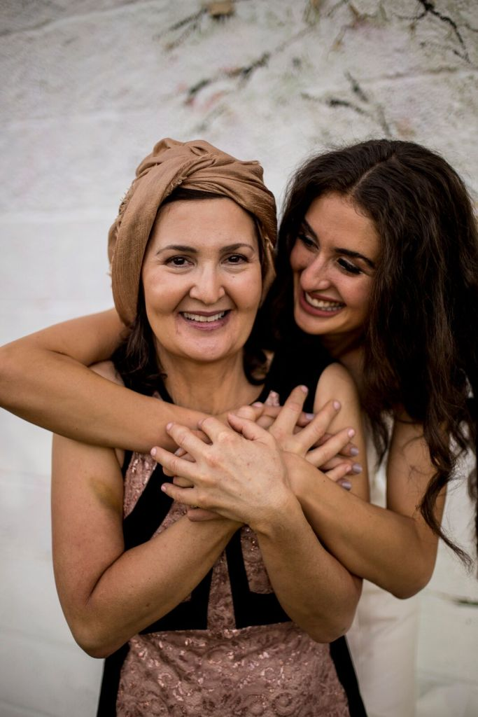 spirit pittsburgh pa wedding bride hugging mom photo