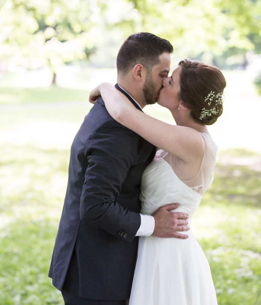 Pittsburgh National Aviary wedding couple kissing in the garden