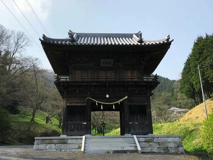 幡降野営場の正門