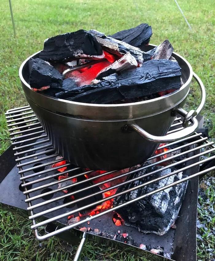 炭火にかかるダッチオーブン