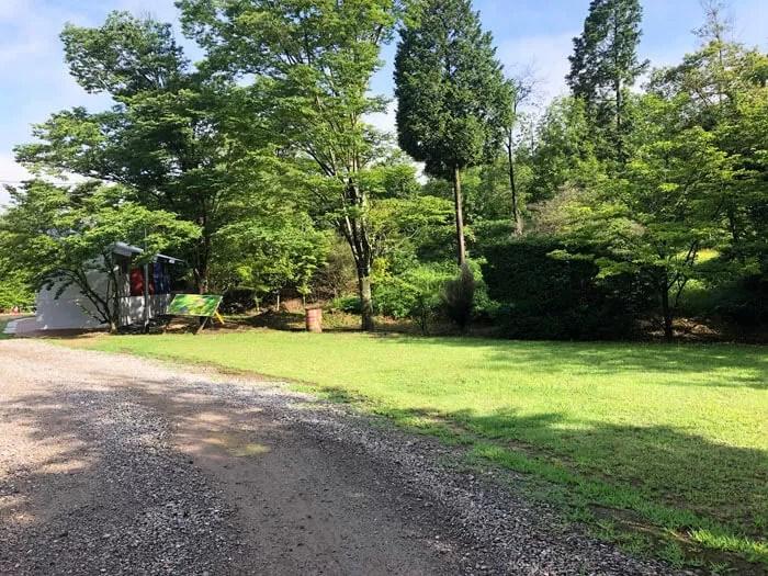 亀島キャンプ場トイレ裏の芝生サイト