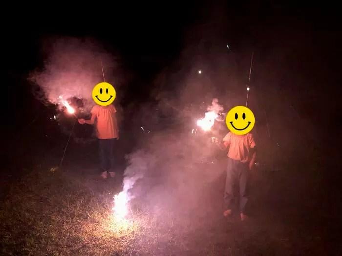 花火をする2人