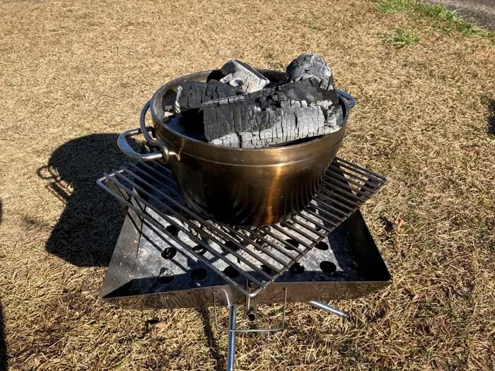 炭をセットしたダッチオーブン