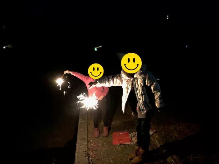 花火をする子供
