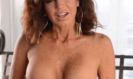 Geile cougar met sproeten, Tara Holiday, gaat naakt